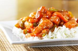 Kip met vis en rijst met zoetzure saus